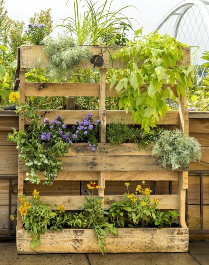 preciosa idea de decoración en el jardín, como hacer maceteros de madera caseros con palets ideas creativas