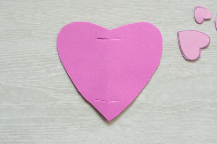 corazón cortado de goma eva para elaborar un animal DIY, muñecos de goma eva paso a paso