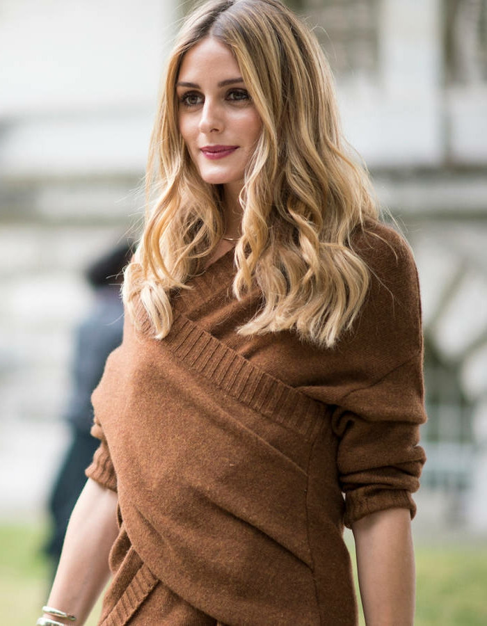 cortes de pelo rizado modernos, pelo con rizos en las puntas, cabello rubio con balayage