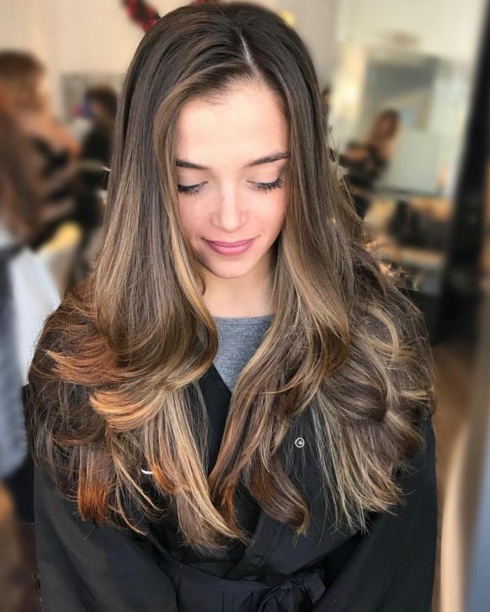 corte de cabello degradado, pelo castaño oscuro con balayage, mechas rubias, cortes de pelo 2018 mujer tendencias