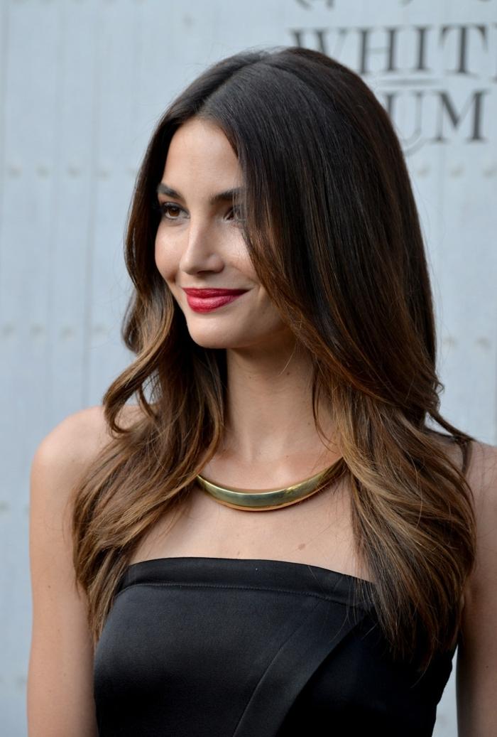 ejemplos de cortes de pelo modernos, pelo largo castaño oscuro con mechas más claras, rizos en las puntas