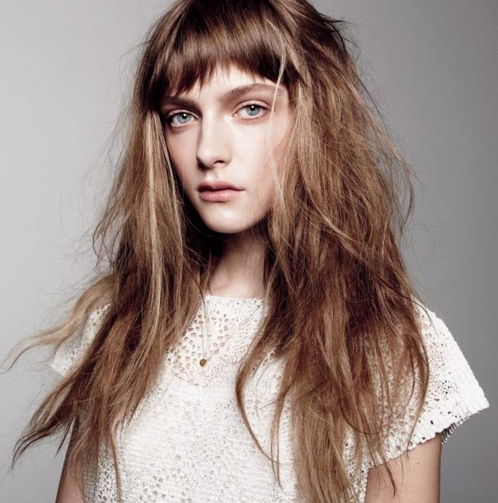 pelo con efecto despeinado largo en color castaño claro con flequillo asimétrico, cortes de pelo para cara alargada