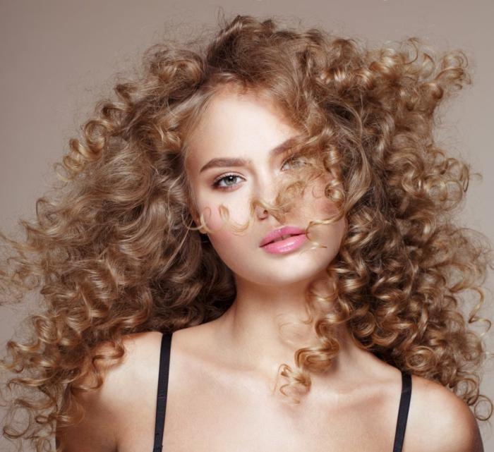 ideas de cortes de pelo para cara alargada, pelo largo rizado en color rubio oscuro, cortes de pelo en tendencias