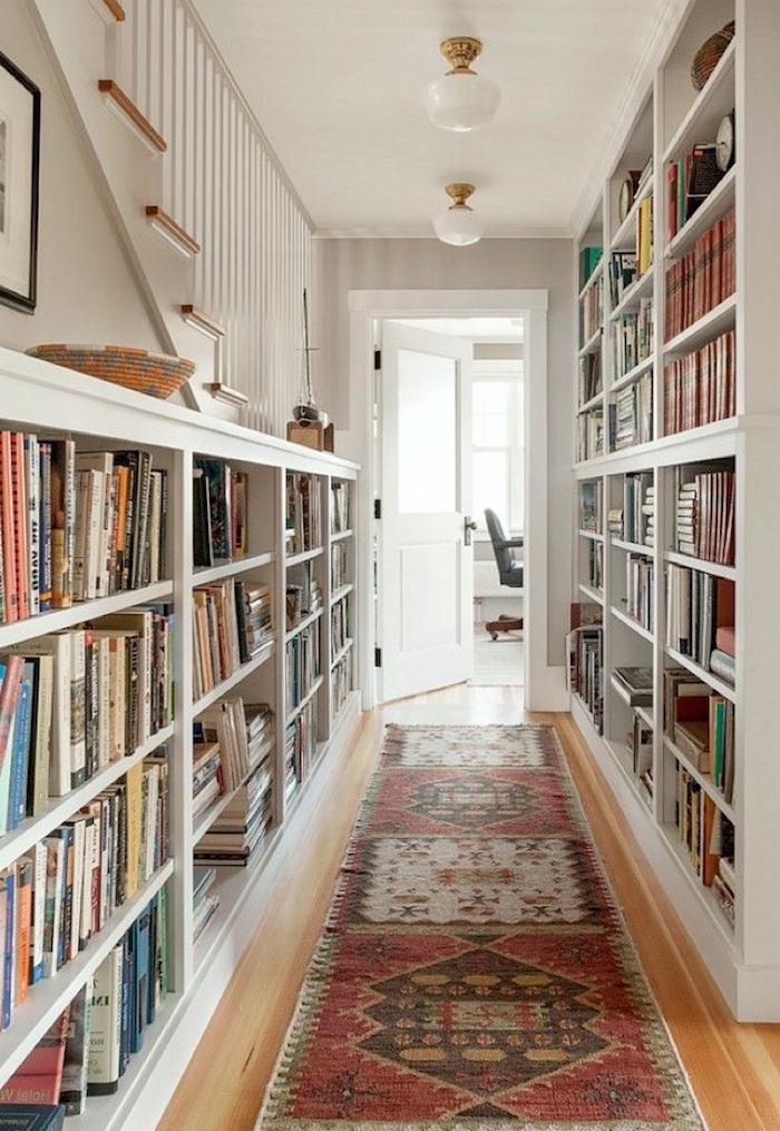 bonito pasillo con grandes estanterías de libros, decorar pasillos estrechos paso a paso, tendencias decoracion 2018