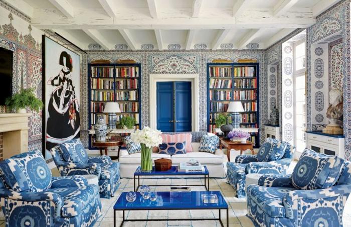 grande salón con elementos ornamentados en estilo asiático, papel decorativo para pared en blanco y azul
