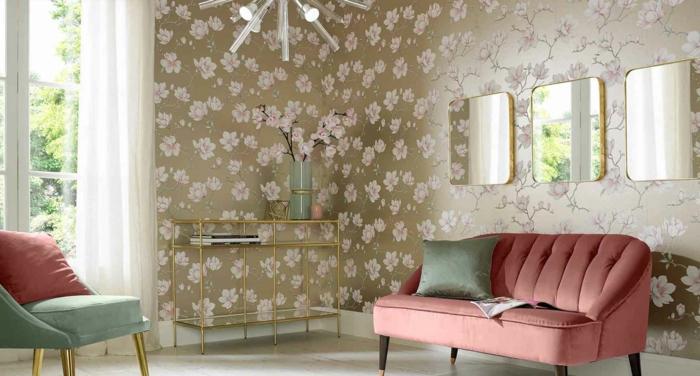 papel decorativo para pared en rosado en fondo dorado, salón moderno con muebles en rojo y verde y espejos modernos