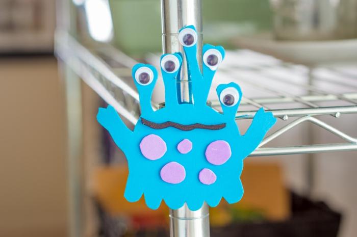 manualidades con goma eva paso a paso, monstruo elaborado de goma eva azul con ojos artesanales