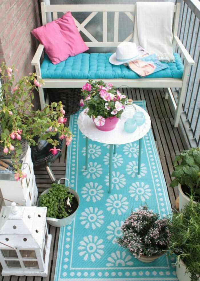 ideas frescas y modernas para decorar una terraza, detalles en azul claro y rosado, patios pequeños con piscina y balcones