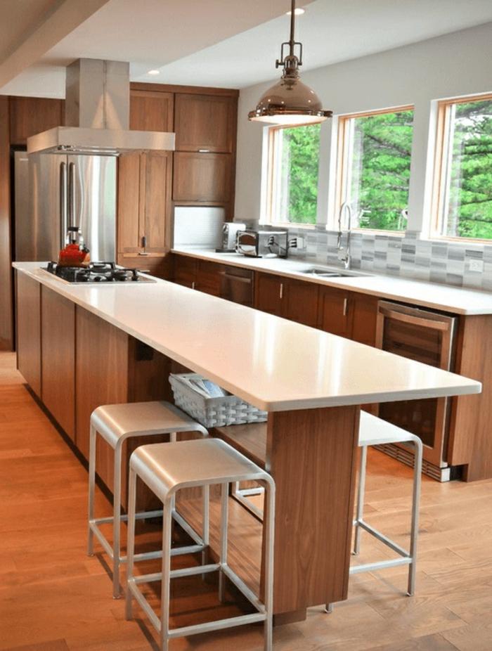 cocinas modernas fotos con largas islas multifuncionales, cocina de madera con suelo de parquet
