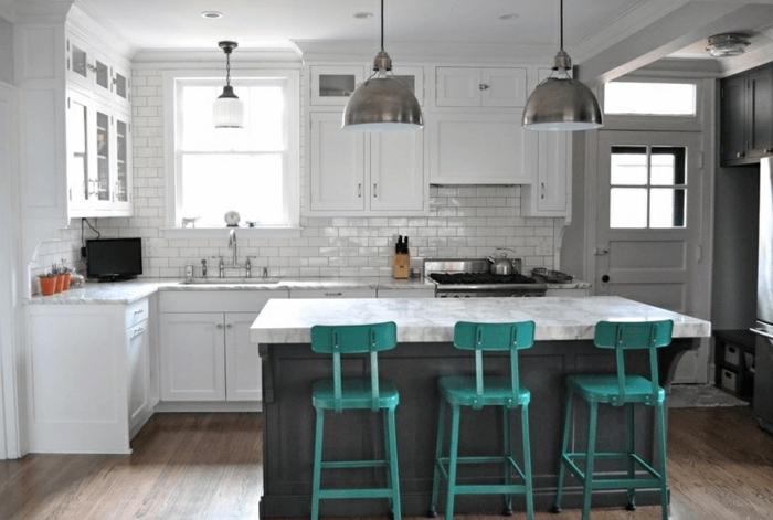 decoraación de cocina en estilo industrial, larga isla en gris y blanco con sillas en verde