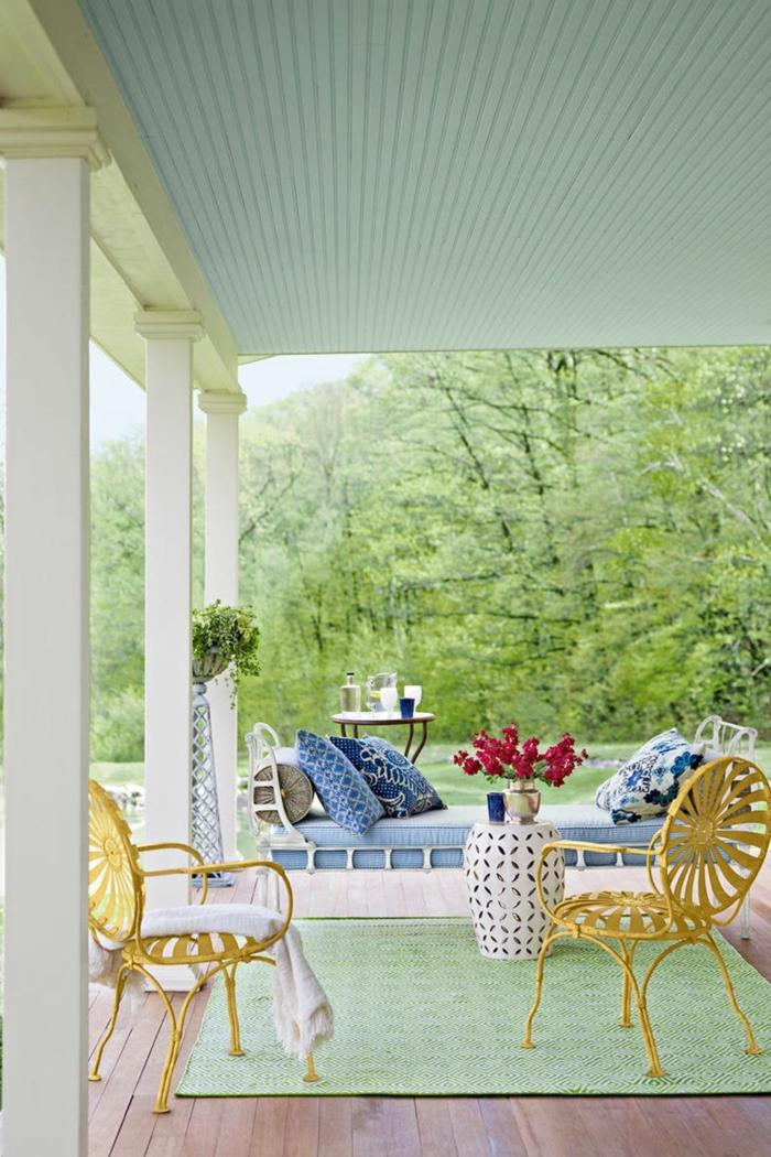 tendencias en el diseño de exteriores, ideas para jardines y patios, sillas vintage en amarillo, decoración en blanco y azul