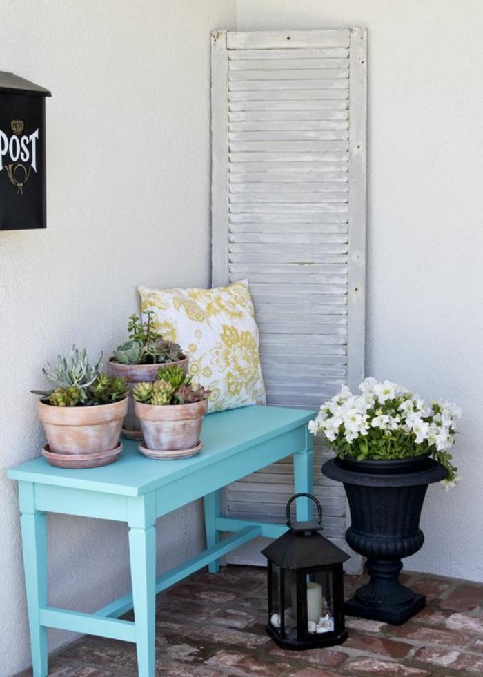 patios y jardines modernos decorados con estilo, banco de madera decorado en azul, macetas con plantas suculentas