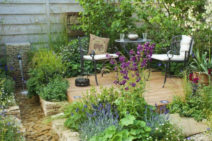 decoracion exteriores de encanto, detalles modernos, muchas plantas verde y floras, plataforma de madera