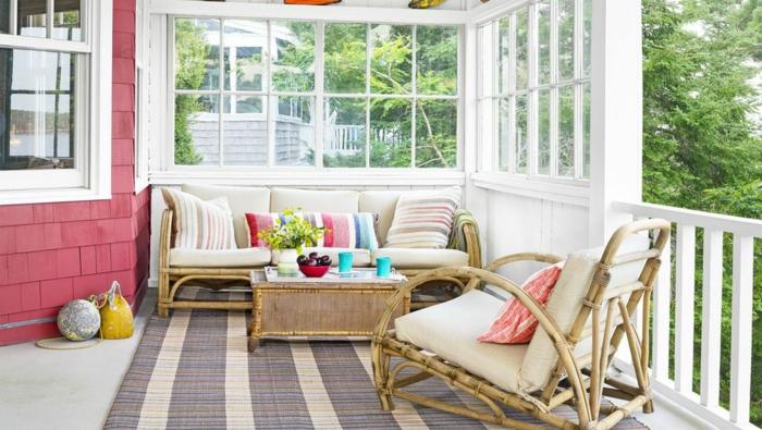 ideas para decorar jardines, porche y patios, muebles de diseño de madera y rattán, alfombra en gris y beige
