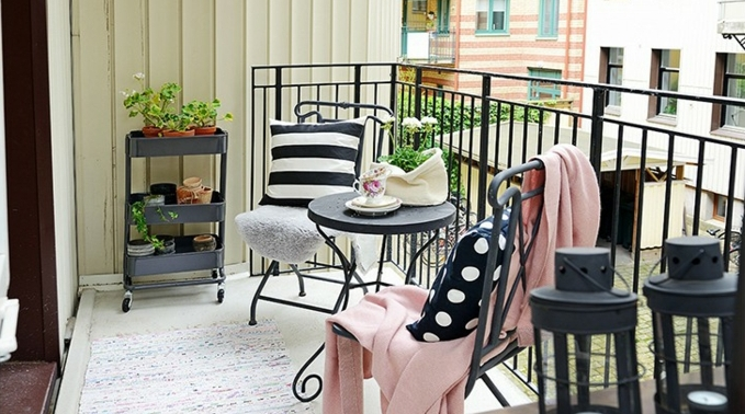 espacio exterior decorado de encanto, pequeña mesa vintage de forma oval y sillas en negro, patios pequeños con piscina