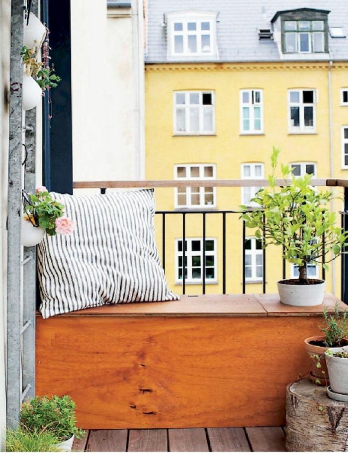 ideas originales de decoracion patios pequeños con piscina y terraza pequeñas, banco de madera DIY y cojines decorativos
