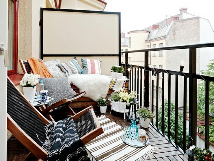 ideas de patios con piscina, balcones y terrazas, terraza pequeña con muchos detalles decorativos, sillones plegables y pequeñas macetas