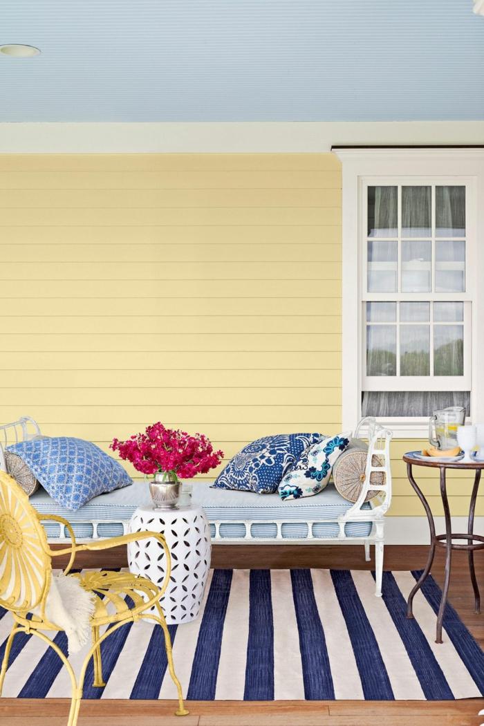 patios con encanto decorados en amarillo, blanco y azul, cojines decorativos con motivos florales