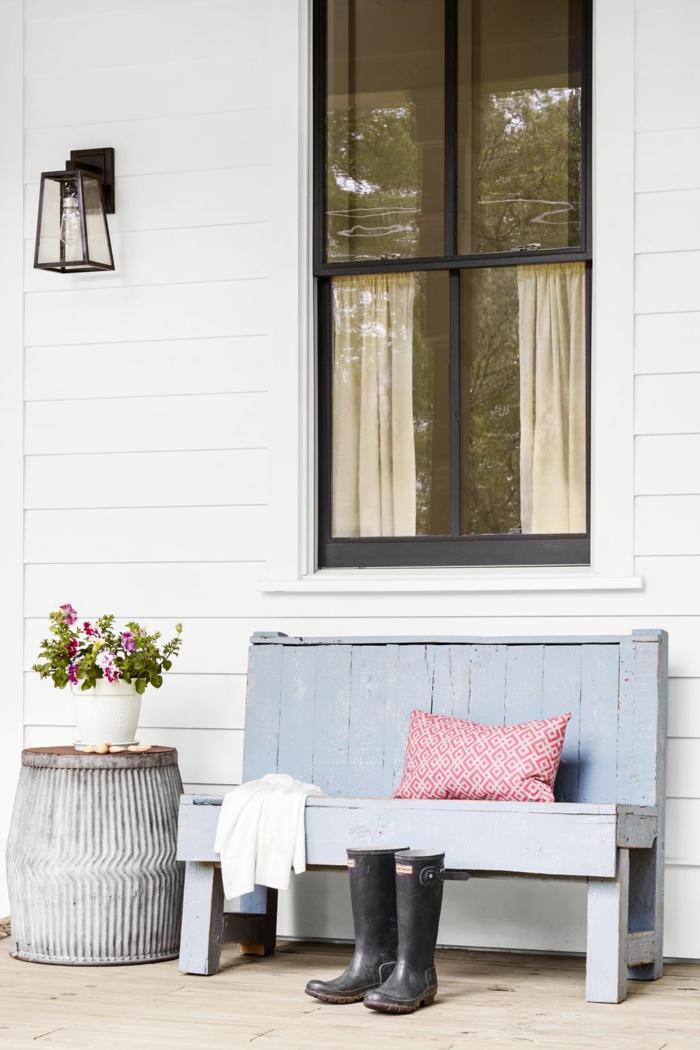 patios decorados en colores claros, banco pintado en azul, paredes en blanco, maceta DIY con efecto desgastado