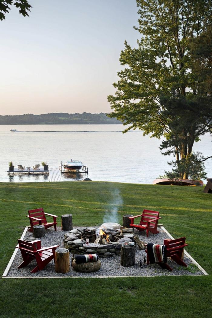 originales ideas de decoracion terrazas y patios, patio con vista al lago, pequeños sillones de madera pintados en rojo