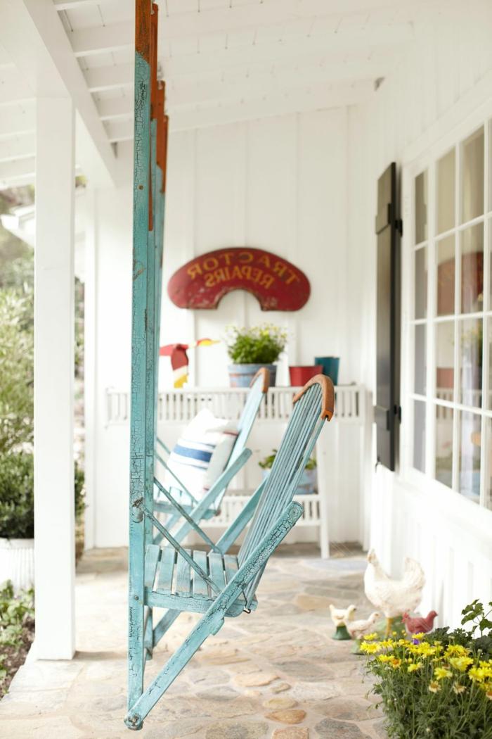 decoracion de jardines y porches decorados en tonos claros, sillones originales colgantes