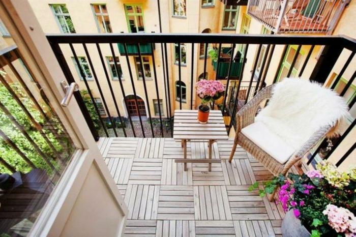 bonito espacio pequeño decorado con muebles de madera y muchas flores, ideas decoracio patios con piscina y terrazas