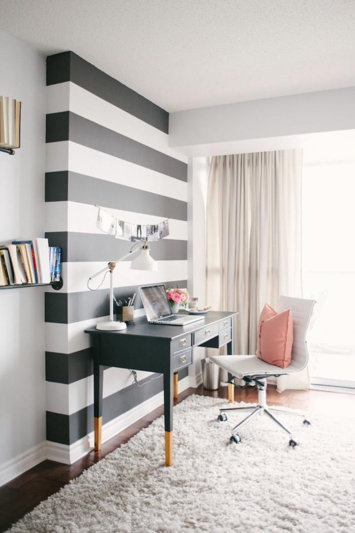 papel decorativo para pared en rayas en blanco y negro, suelo de parquet y alfombra peluda en blanco