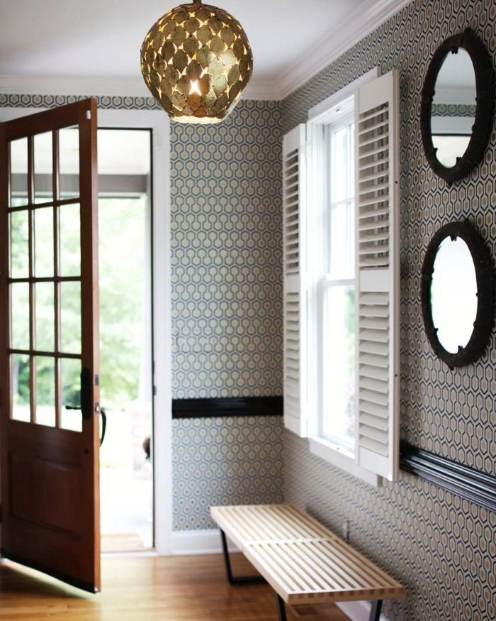 pasillo sofisticado decorado con espejos ovales y lámpara moderna en dorado, ideas papel pintado pasillo