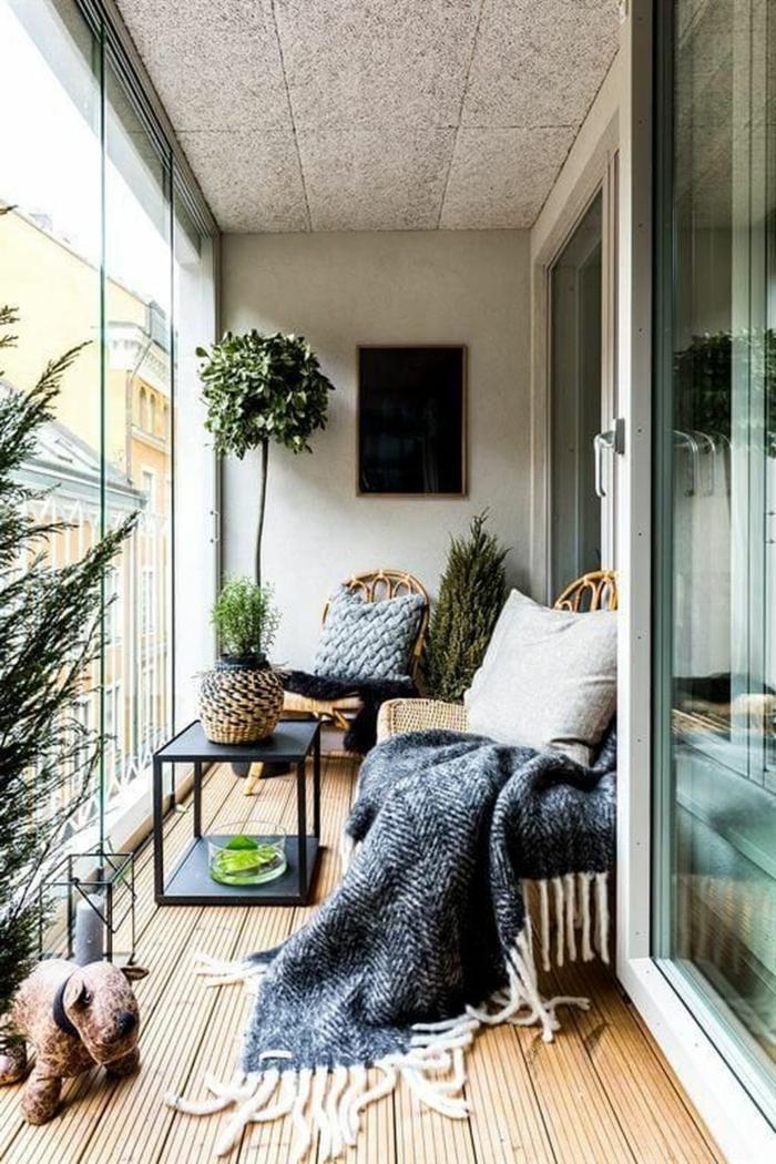 patios con piscina y terrazas de diseño, decoracion de plantas verdes y arbustos, suelo de parquet y detalles decorativos