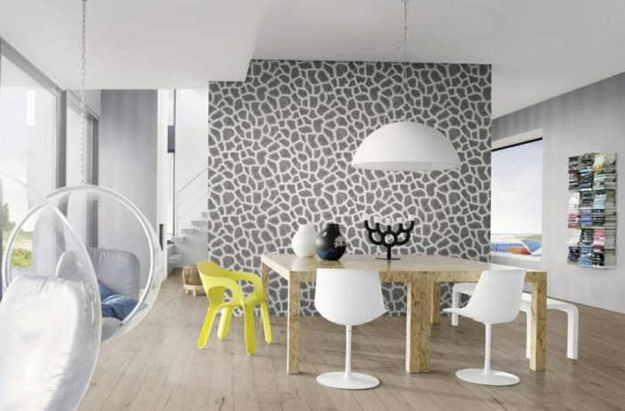 papel decorativo para pared original en gris y blanco, salón decorado en estilo nórdico con mesa de madera y sillas modernas