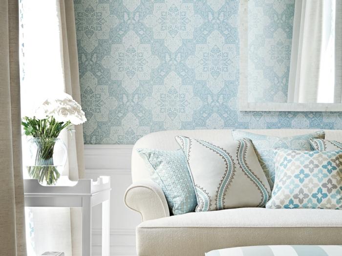 papel decorativo para pared ornamentado en blanco y azul, preciosa decoración salon en tonos pastel, sofá en beige con cojines decorativos