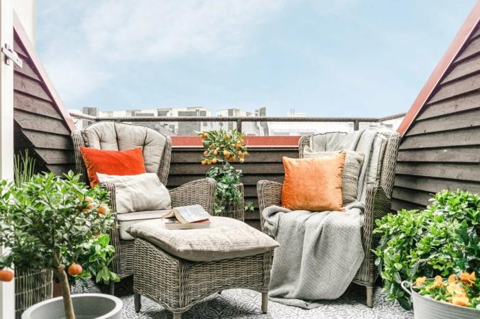 espacio exterior de encanto con muebles de mimbre y rattan y plantas verdes, decoracion patios con piscina y terrazas en beige