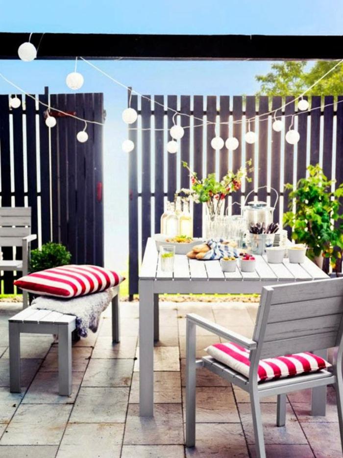 decoracion balcones pequeños y terrazas, patio decorado con muebles de madera pintados en gris y guirnaldas de luces