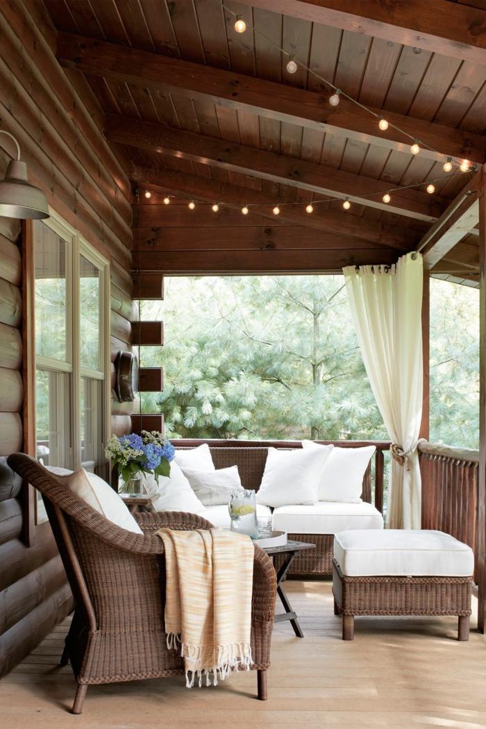 ideas para decorar jardines y verandas, muebles de mimbre en color oscuro, detalles decorativos en blanco y beige