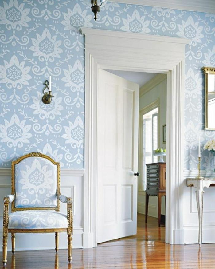 precioso salón decorado en estilo vintage con silla de época, papel decorativo para pared en blanco y azul motivos florales