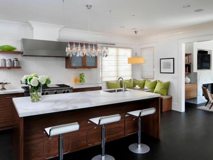ideas de diseños de cocinas modernas, larga isla con barra y sillas modernas en blanco
