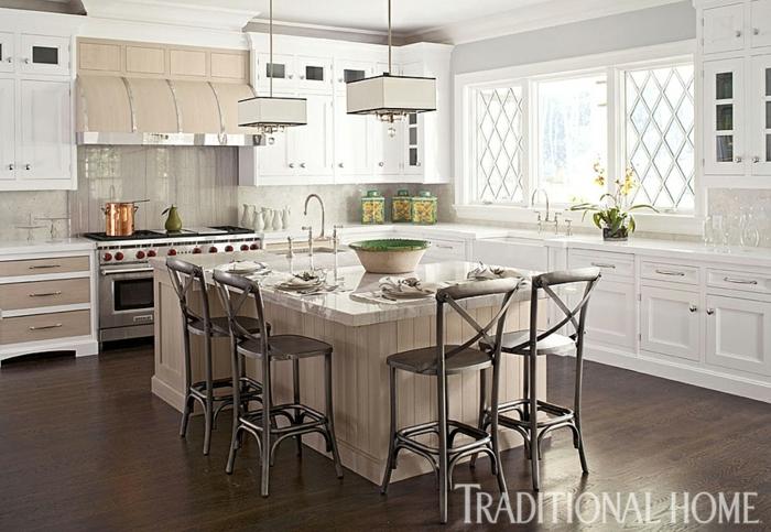 bonita cocina comedor decorada en blanco con suelo de parquet, diseño de cocinas modernas