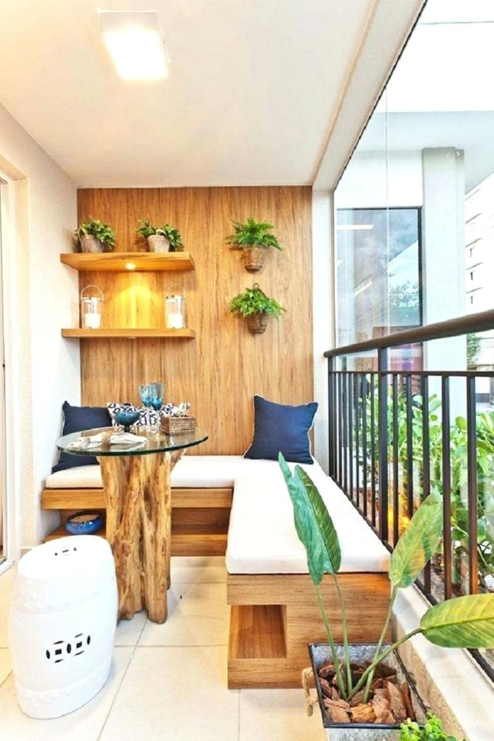 decoración original de un pequeño balcon con muebles de madera, decoracion balcones pequeños mesa original de madera