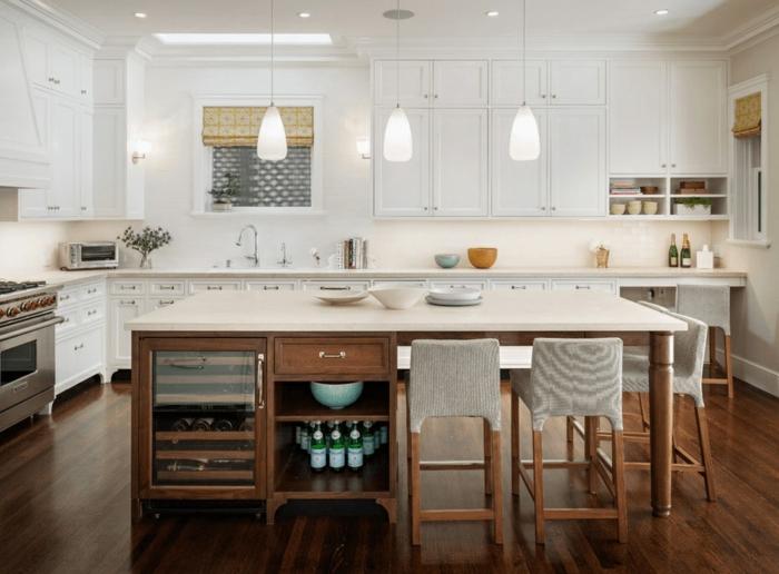 decoracion cocinas con isla, cocina comedor con isla con armarios de madera y encimera en blanco
