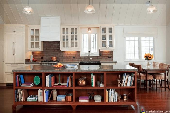isla multifuncional hecha de madera con estanterías y encimera de mármol, diseño de cocinas modernas