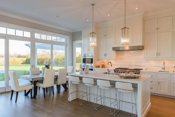 cocinas pequeñas abiertas al comedor, precioso espacio decorado en blanco con isla y grandes ventanales