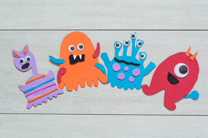 bonita idea manualidades con goma eva, figuras de monstruos hechos de foamy en diferentes colores