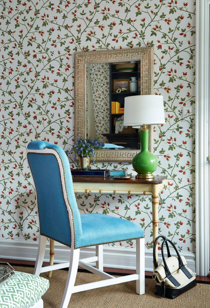 habitación en estilo vintage, paredes decoradas con papel para forrar muebles, silla vintage tapizada en piel