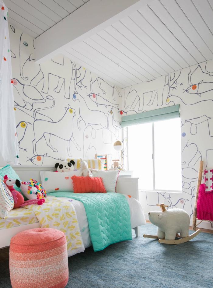 dormitorio infantil decorado en colores llamativos, paredes con papel para forrar muebles y muebles modernos