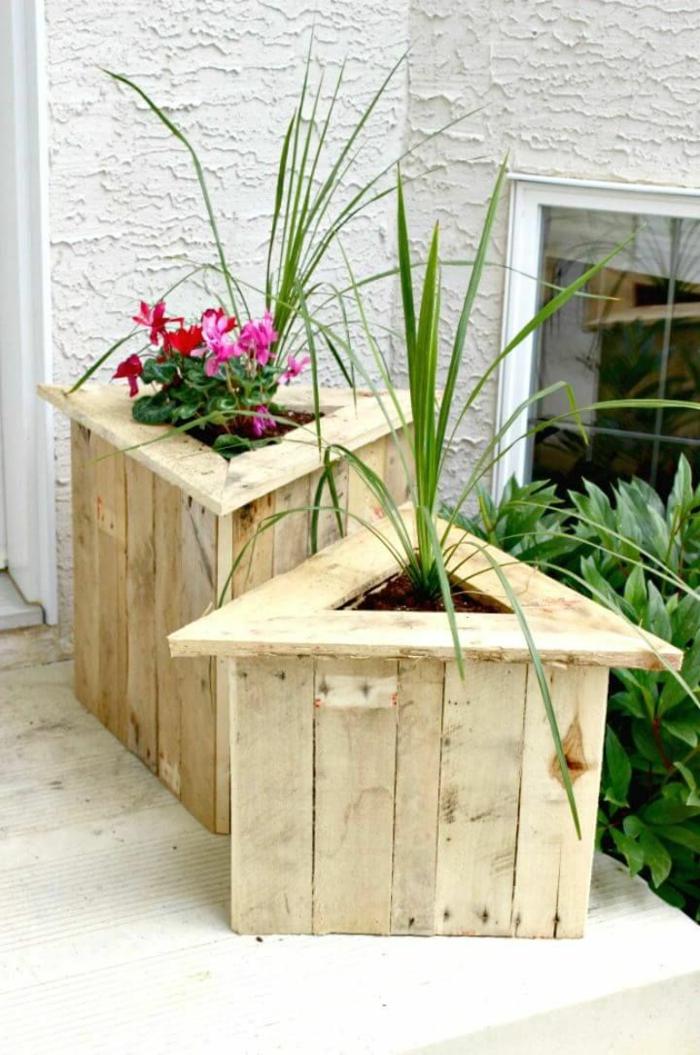 dos maceteros de madera hechos a mano de forma triangular, jardinera madera DIY con bonitas plantas y flores