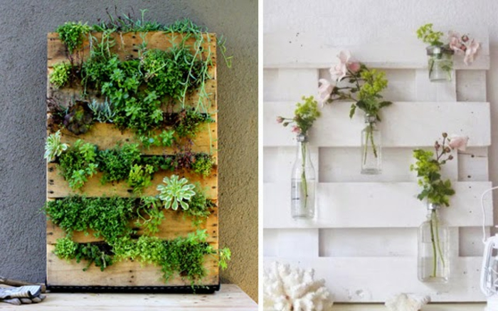 dos variantes de jardineras verticales hechas de palets con plantas verdes y botellas de cristal con rosas, jardinera madera DIY