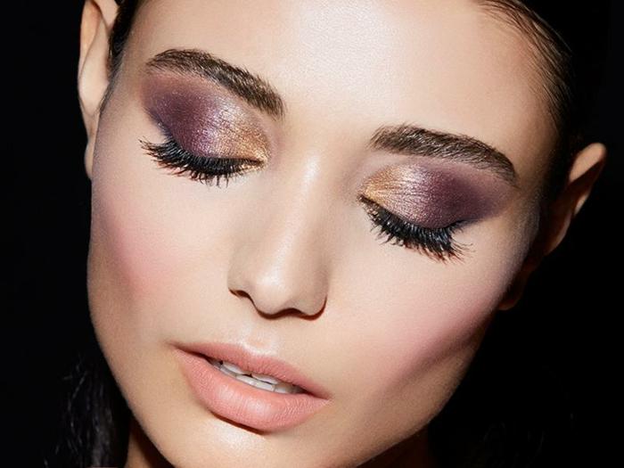 bonitas ideas maquillaje paso a paso, ojos con sombras en morado y dorado y largas pestañas en negro