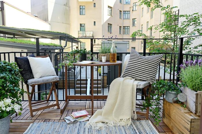 decoración de terraza con toque relajado y moderno, muchos detalles decorativos y muebles de madera, decoracion terrazas aticos