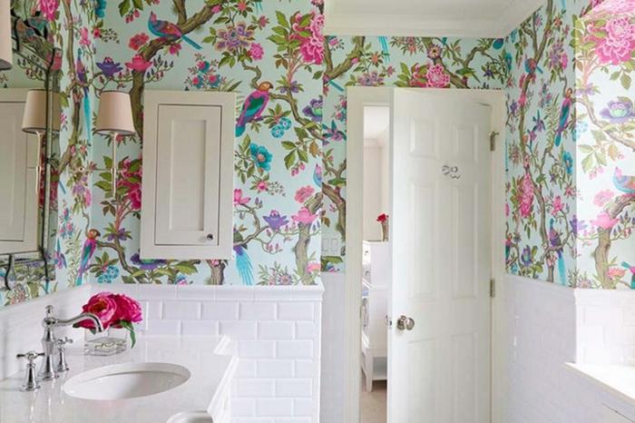 baño sofisticado con paredes decoradas con papel pintado adhesivo, muebles en blanco