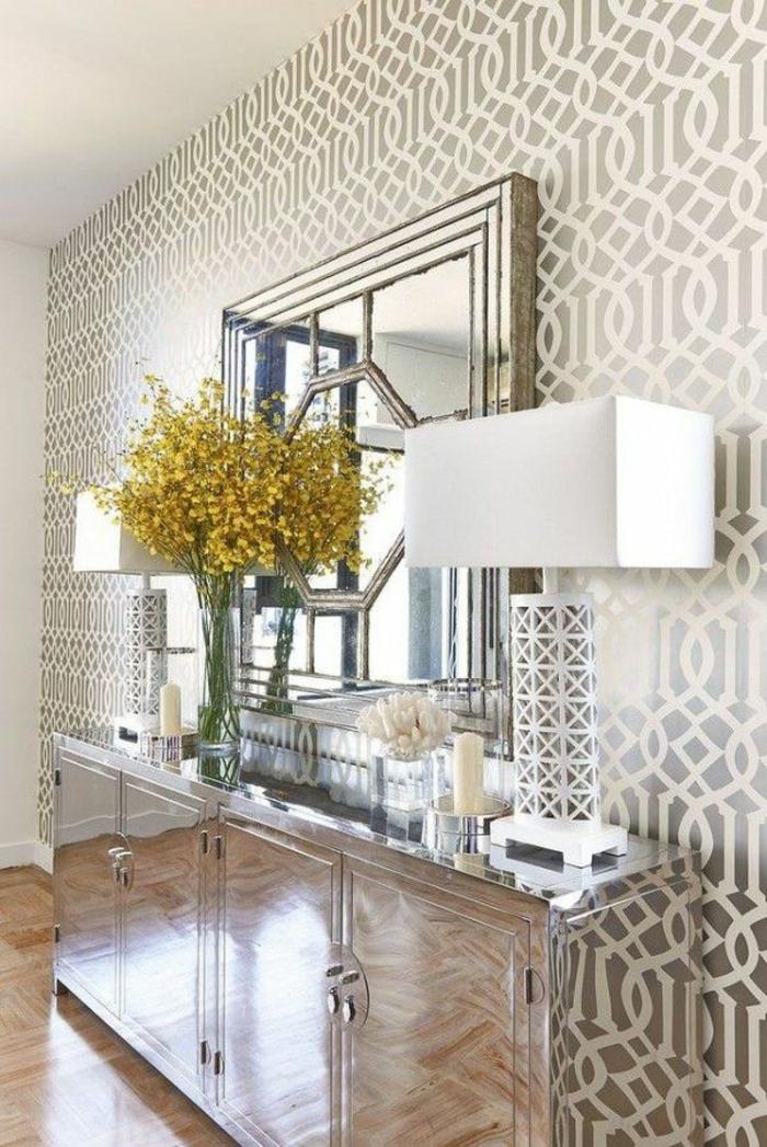 preciosa entrada decorada en plateado, papel pintado adhesivo en plateado y blanco y grande espejo vintage